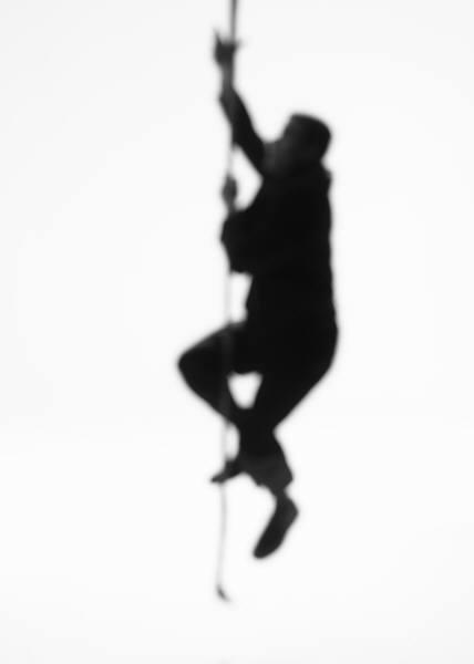 homem descendo por uma corda