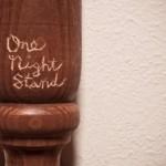 ONE-NIGHT STAND: qual é o significado de A ONE-NIGHT STAND?