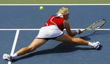 tenista de pernas abertas